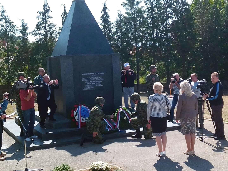 Полагање венаца на споменике палим борцима